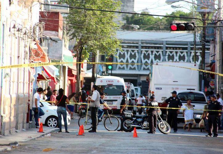 Agentes cerraron las calles para realizar las diligencias en un bar del Centro Histórico donde hubo una riña. (Jorge Pallota/Sipse)