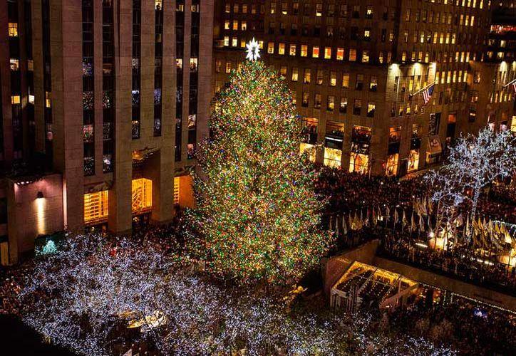 El alcalde demócrata Bill de Blasio encendió el interruptor del árbol de Navidad en Rockefeller Center. (AP)