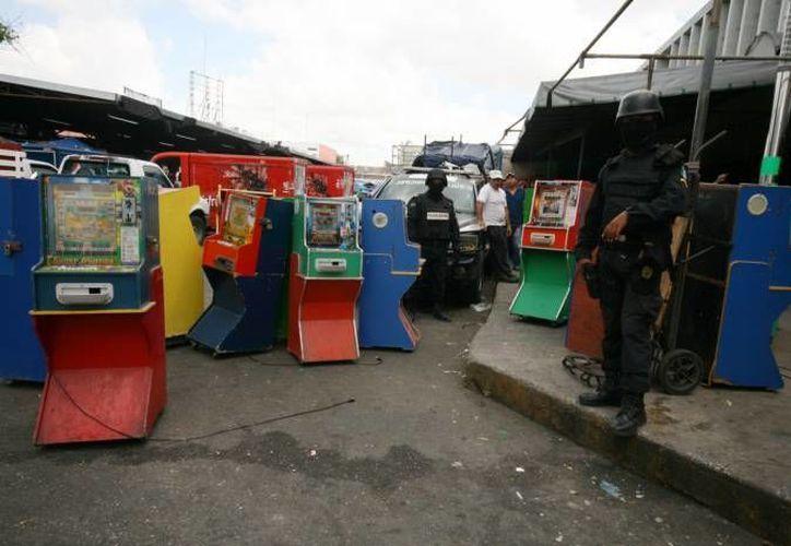 Las Fuerzas de Seguridad de Yucatán, que integran a policías y militares, aseguraron  25 máquinas tragamonedas en Hunucmá y también clausuraron dos chatarrerías en Motul y una casa de empeños en Izamal. (Milenio Novedades)