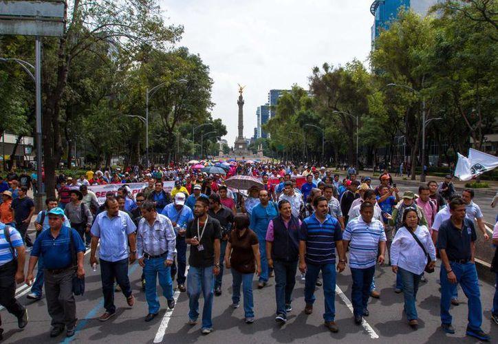 Maestros disidentes marchan en el DF, procedentes de Oaxaca y Chiapas. (Notimex)