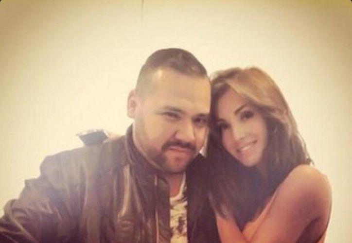 El diseñador Benito Santos junto a la ex RBD Anahí. (twitter/@AnahiBreatheTam)