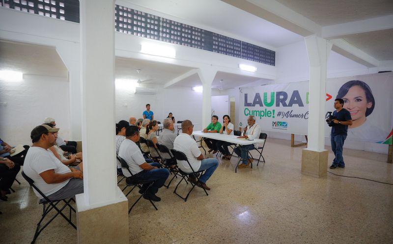 Laura Fernández, candidata a la presidencia municipal se reunió hoy con vecinos de la cabecera municipal, a quienes amplió sus propuestas. (SIPSE)