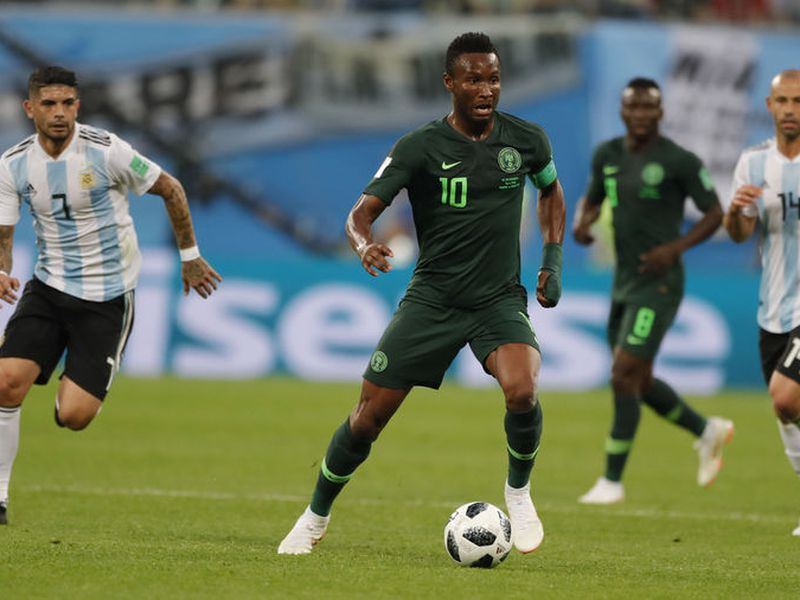 John Obi Mikel, capitán de la Selección de Nigeria, tuvo que callar ante de su equipo que su padre estaba secuestrado durante el juego contra Argentina (Foto AP)