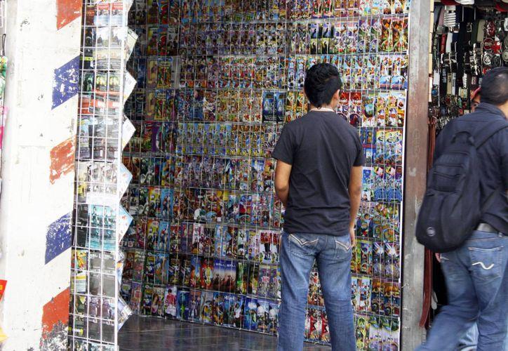 Los vendedores de películas apócrifas obtienen altas ganancias del comercio del material ilegal. (Milenio Novedades)
