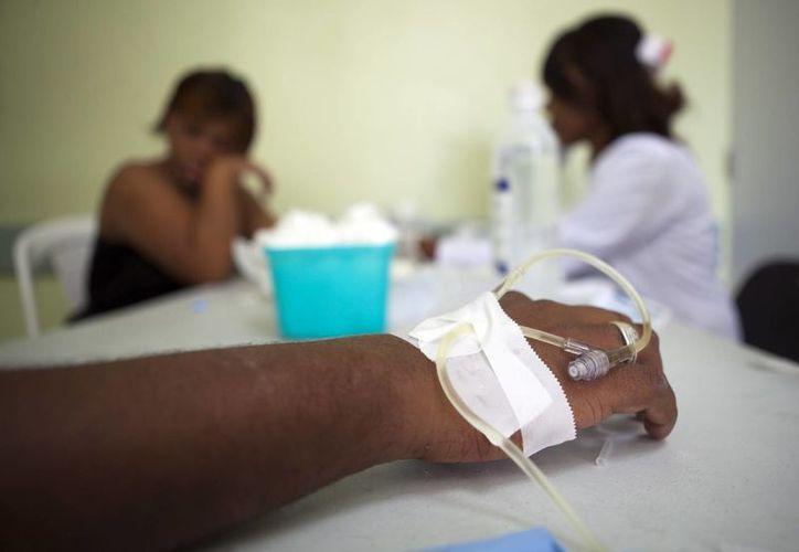 Personas con síntomas de la fiebre del Chikungunya reciben atención médica en el hospital Juan Pablo Pina, en San Cristóbal, República Dominicana. (Archivo/EFE)