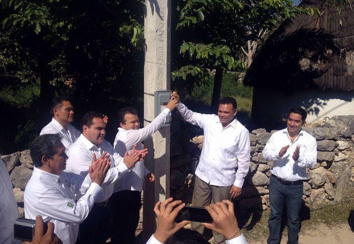 El Gobernador del Estado entregó la ampliación de la red eléctrica a los habitantes de Cacalchén. (Milenio Novedades)