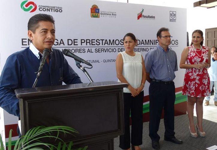 Los cheques fueron entregados personalmente por el delegado del Issste, Carlos Hernández Blanco. (Redacción/SIPSE)