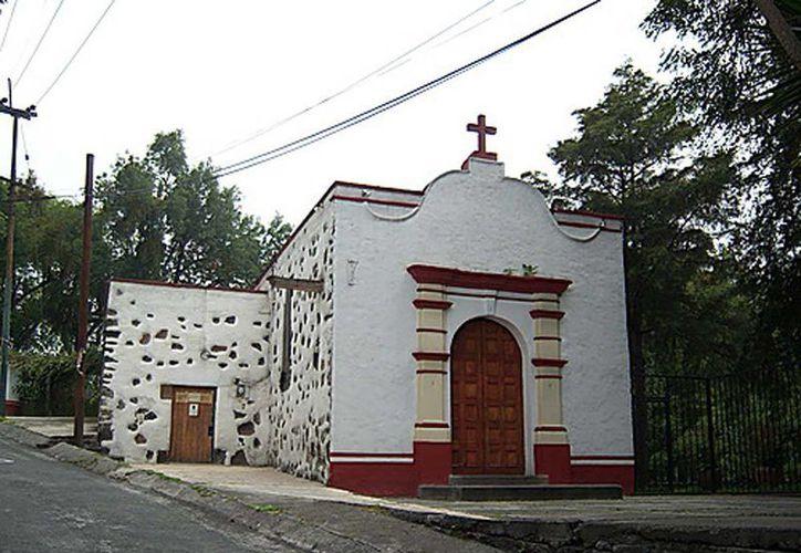 Personal de la delegación Tlalpan lanzó a la calle los objetos e imágenes sagradas de la capilla del Señor de los Trabajos, para destruir paredes, techos y pisos. (imagen de contexto/alltravels.om)