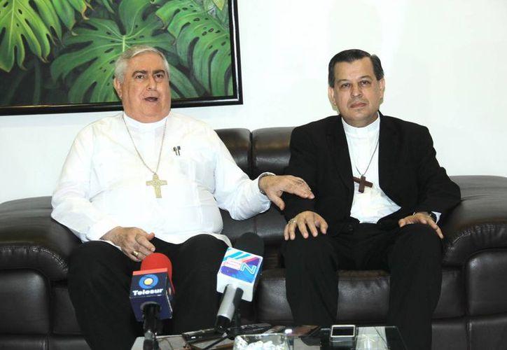 El Arzobispo Emérito de Yucatán, Emilio Carlos Berlie (i) con el actual Arzobispo, Mons. Gustavo Rodríguez Vega, quien ha venido a cambiar de forma importante a la Iglesia estatal. (SIPSE)