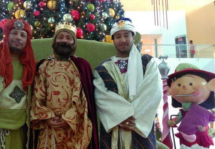 Los Reyes Magos llegaron a entregar regalos a los niños yucatecos que se portaron bien durante el año. (Milenio Novedades)