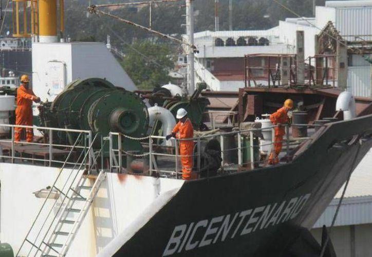 En los trabajos de mantenimiento mayor del buque Bicentenario participaron más de mil empleados. (lacronica.com)