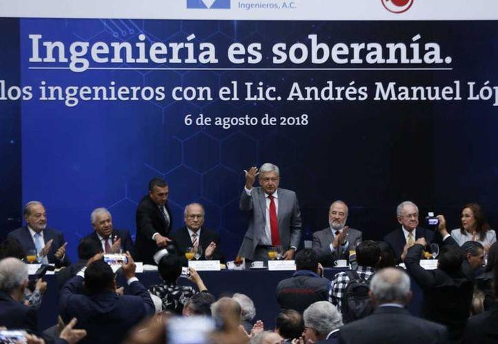Al reunirse con ingenieros civiles, López Obrador reiteró su propuesta de impulsar 25 proyectos prioritarios. (Milenio)