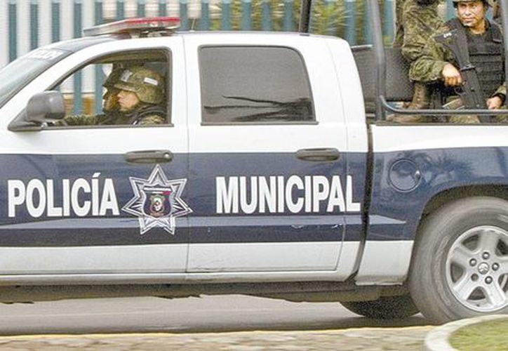 Patrullaje de soldados en Lázaro de Cárdenas. (Milenio)