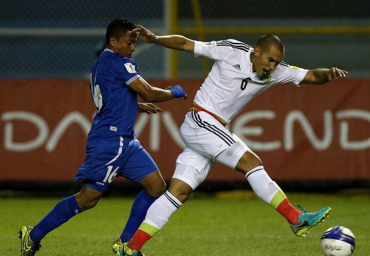 Jorge Torres Nilo cometió mano, el árbitro marcó penal y El Salvador se puso adelante 1-0 sobre México en el partido eliminatorio de Concacaf. (AP)
