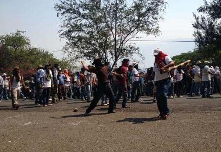 Imagen de las agresiones de maestros de Guerrero contra edificios oficiales. (Milenio.com)