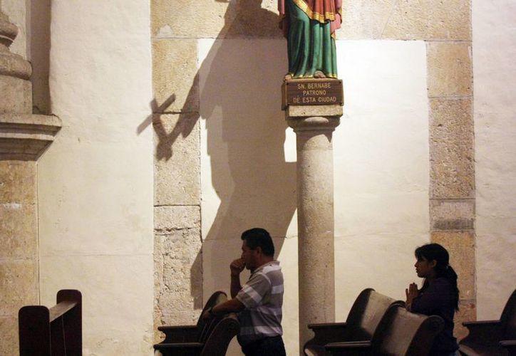 La Iglesia dedicó un año para meditar sobre la vida consagrada. Imagen de dos fieles en la catedral de Mérida. (Milenio Novedades)