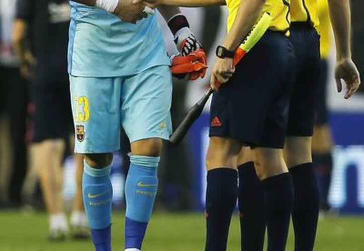 Claudio Bravo está a 336 minutos de igualar la marca del club de Víctor Valdés con 896 minutos sin recibir gol. (Foto: AP)