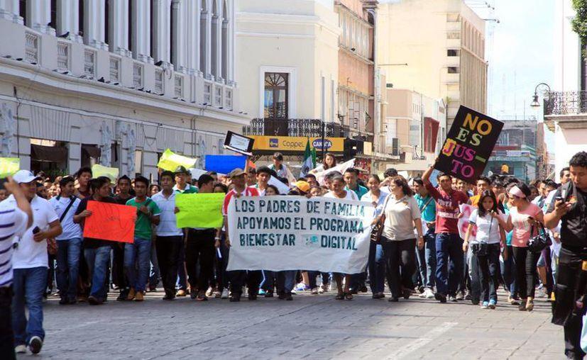 Padres y estudiantes manifiestan su apoyo a programa estatal. (José Acosta/SIPSE)