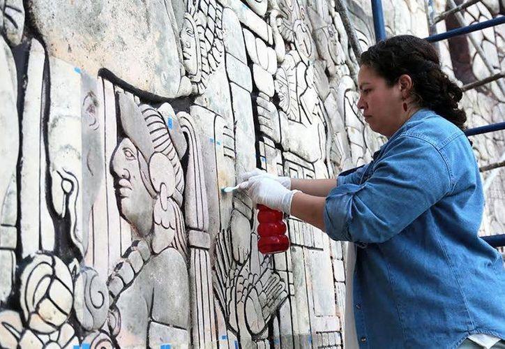 Avanzan los trabajos de restauración y limpieza del Monumento a la Patria. El piso del espejo de agua luce nueva imagen. (Fotos cortesía del Ayuntamiento)