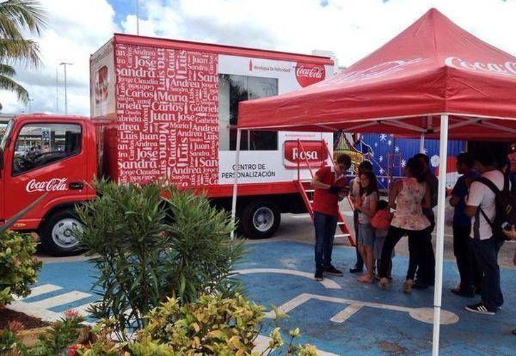 El camión 'personalizador' ubicado en el estacionamiento de conocido supermercado en el norte de Mérida. (@gsoberanisc/Twitter)