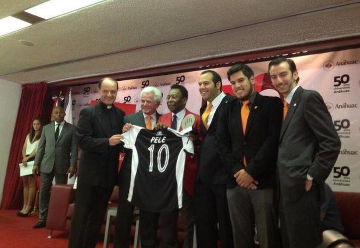 Aprovechando su visita en México, Pelé aplaudió las cualidades del 'Tri'. (Twitter.com/@vidaanahuac)