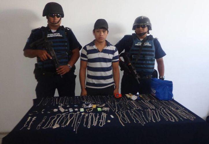 Marcelino González  Jiménez fue presentado  junto con las alhajas que hurtó. (SIPSE)