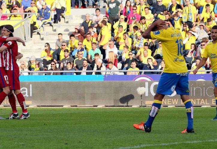 El defensa del Atlético de Madrid, Filipe Luis (2i), celebra el primer gol de su equipo ante la UD Las Palmas, en partido de la vigésima jornada de liga en Primera División. Atlético permanece como líder. (EFE)
