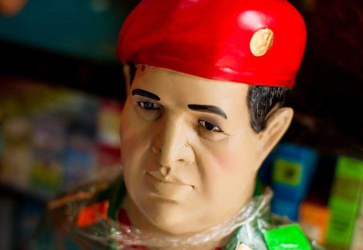 Aspecto de la imagen del líder bolivariano Hugo Chávez en una tienda de venta de artículos religiosos, en Caracas, Venezuela. (EFE)