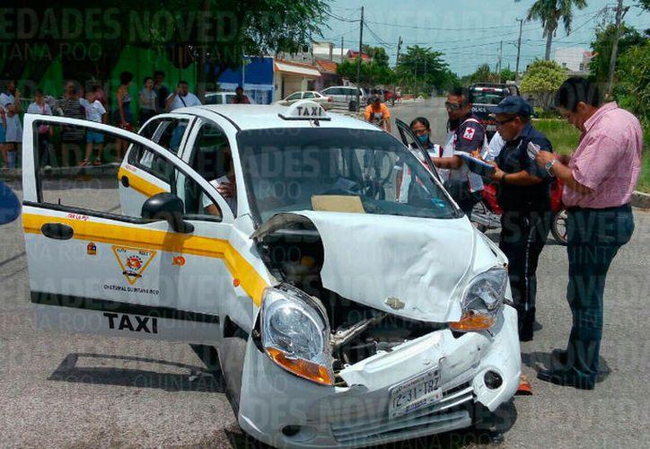 El conductor del taxi se quejaba de un fuerte dolor en el cuello, por lo que fue llevado a un nosocomio para su atención médica. (Foto: Redacción / SIPSE)