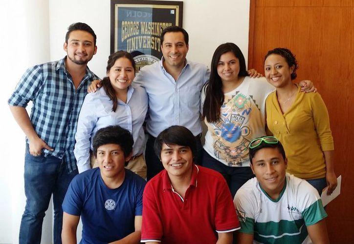 El diputado Mauricio Vila Dosal con los ganadores del concurso de video 'Así Quiero mi Transporte Público'. (Cortesía)