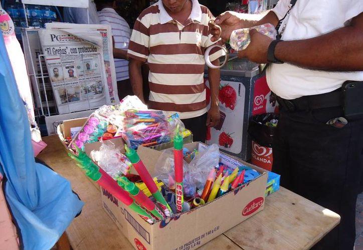 Detectan venta de pirotecnia en tianguis en colonias. (Octavio Martínez/SIPSE)