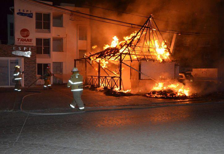"""El incendio del restaurant """"Los de Pescado"""", se reportó ayer a las 21:15 horas. (Redacción/SIPSE)."""
