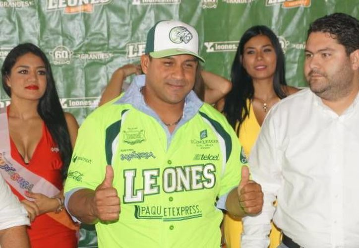 Willie Romero en su presentación como nuevo manager de Leones de Yucatán. Lo acompaña el presidente ejecutivo Erick Arellano. (leones.mx)