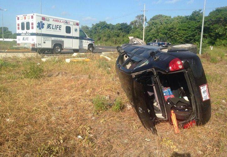Los servicios de emergencia acudieron al lugar para brindarle atención médica a la conductora. (Redacción/SIPSE)