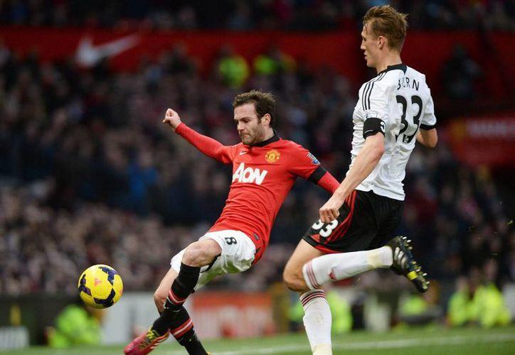 Juan Mata colaboró con un doblete en la goleada del United a domicilio frente al Newcastle. (EFE)