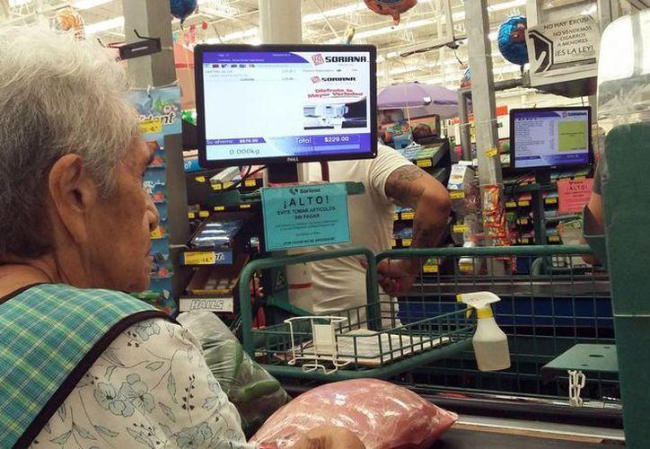 Los consumidores aprovechan los descuentos en las tiendas de autoservicio. (Luis Soto/SIPSE)