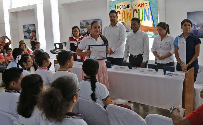 """La organización """"Porque Yo Amo Cancún A.C."""" otorgó los reconocimientos. (Jesús Tijerina/SIPSE)"""