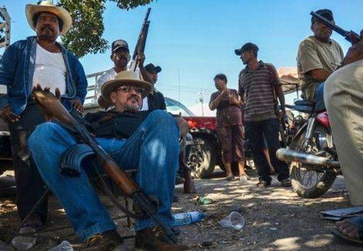 Hoy mismo se define la situación legal de Hipólito Mora (sentado), líder y fundador de los grupos de autodefensa en La Ruana, Michoacán. (Foto de Cuartoscuro tomada de Milenio)