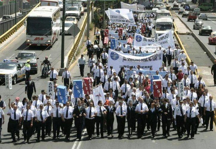 Las protestas de los empleados de Mexicana de Aviación no sirvieron de mucho, pues hasta hoy muchos de ellos -como Óscar- no han podido cobrar un sólo peso desde que, en agosto de 2010, la línea área dejó de volar. (Archivo/dzunum.com)