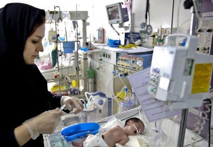 El proyecto contra el control natal en Irán plantea penas de prisión de dos a cinco años para quienes efectúen vasectomías o ligamento de trompas. (AP)