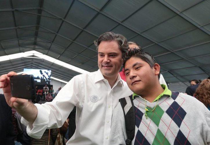 El secretario de Educación Pública, Aurelio Nuño, tras la ceremonia en la que dio a conocer los 11 acuerdos entre la SEP y el SNTE para mejorar la entrega de dos mil 181 certificados del INEA en Chalco. (twitter.com/aurelionuno)