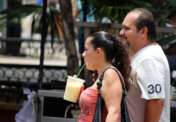 Las bebidas frías tuvieron una alta demanda por el intenso calor durante la jornada dominical. (SIPSE)