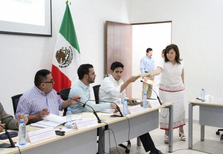 Celia Rivas (d), presidenta de la Junta de Coordinación Política (Jucopo) en Yucatán entregó este viernes dos propuestas en pro de los policías ministeriales. (Foto cortesía del Gobierno de Yucatán)