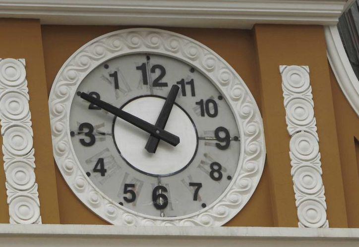 La modificación del reloj que corona el Parlamento en La Paz fue señalado como un atentado al patrimonio histórico de la ciudad. (AP)