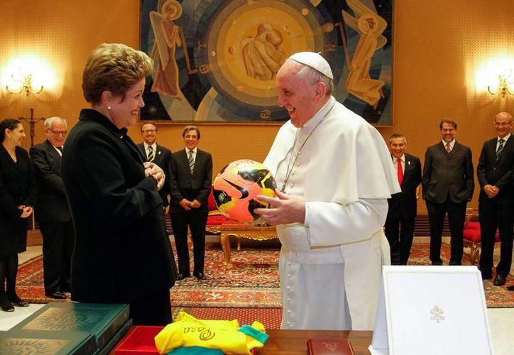 El papa Jorge Mario Bergoglio (d) recibió este viernes a la presidenta de Brasil, Dilma Rouseff (i), en el estudio del Aula Pablo VI, en El Vaticano. (EFE)