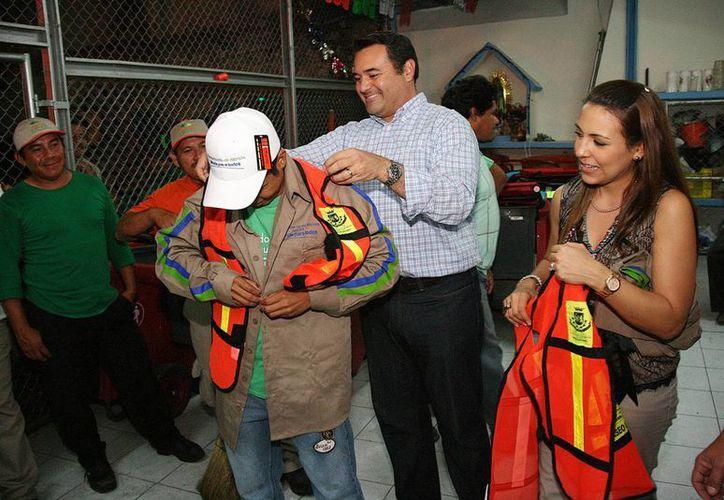 El alcalde Renán Barrera Concha entregó el sábado por la noche, al concluir el desfile, nuevos uniformes a los empleados que realizan la limpieza del derrotero. (Cortesía)