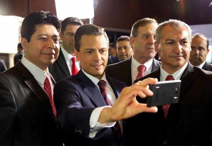 Peña Nieto aprovechó su asistencia a la cámara empresarial para tomarse algunas 'selfies'. (Presidencia)