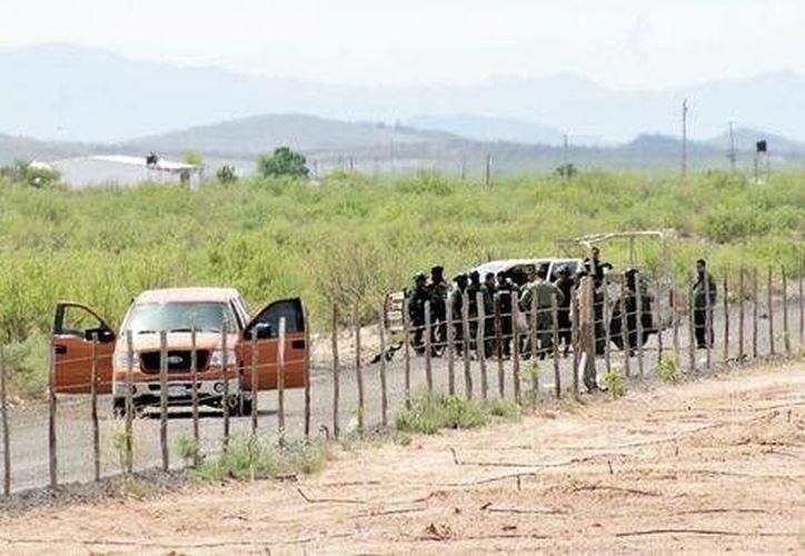 La camioneta naranja que fue baleada y en la que se presume quedó una persona muerta. (Juan José García/Milenio)