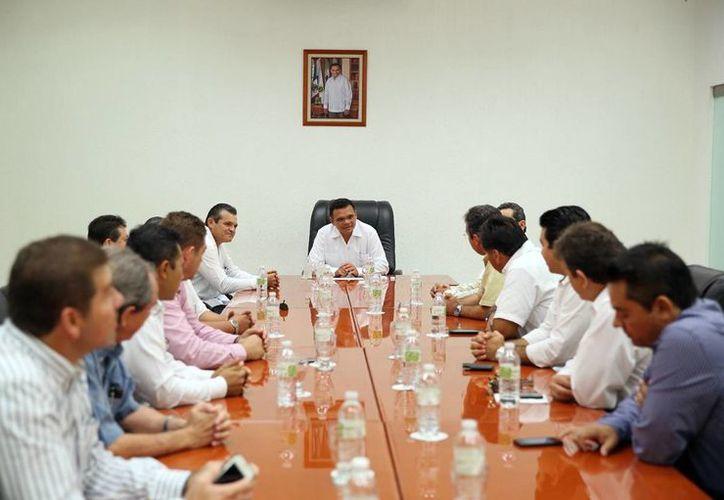 Aspecto de la reunión entre el gobernador Rolando Zapata Bello e integrantes de la CMIC. (Cortesía)