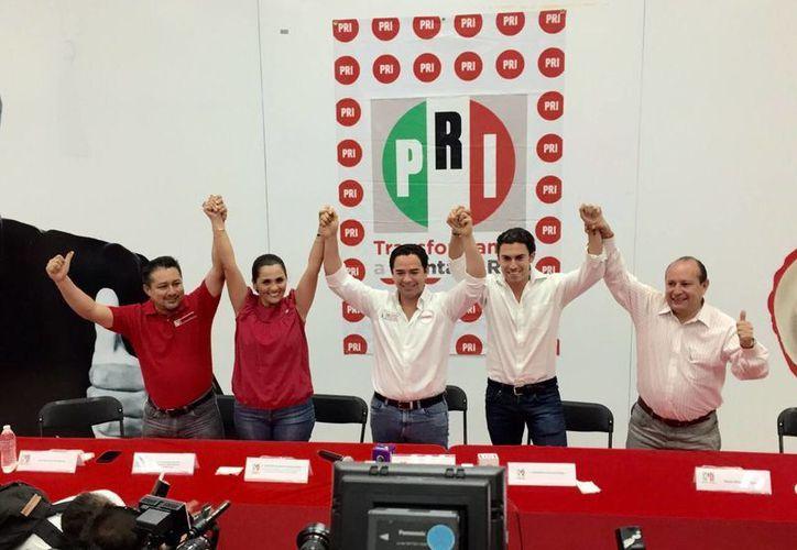Chanito Toledo' y Remberto Estrada festejan su virtual victoria en las instalaciones del PRI en Cancún. (Redacción/SIPSE)
